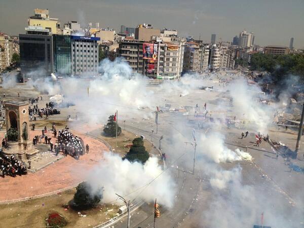 Rassemblement de soutien au peuple turc devant le Parlement Européen/La police place Taksim [110613]