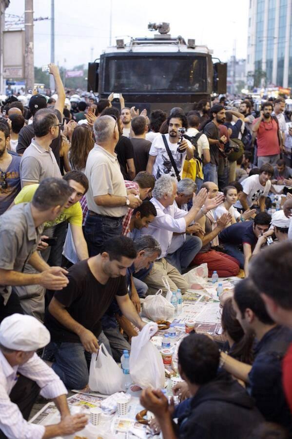 Live: rupture du jeûne de Ramadan dans les rues d'Istanbul