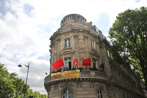 Contre L'Europe forteresse, le collectif des sans-papiers du 75 et le NPA investissent le siège de la Commission Européenne à Paris