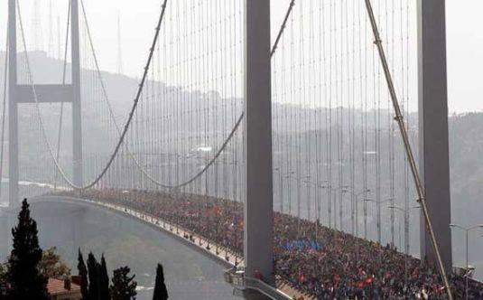 Des centaines de milliers de personnes se soulèvent en Turquie contre le régime autoritaire