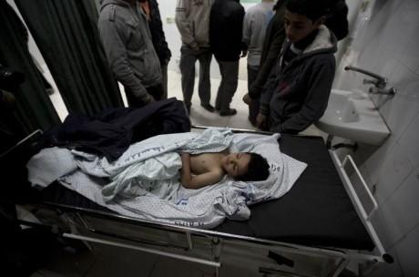 607117-le-frere-de-la-fillette-palestienne-de-trois-ans-morte-hala-abu-sabikha-a-l-hopital-a-deir-al-balah-