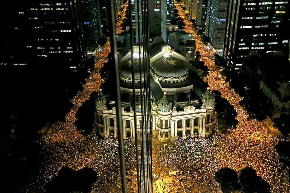 BRESIL: L'assemblée prise d'assaut par les manifestants