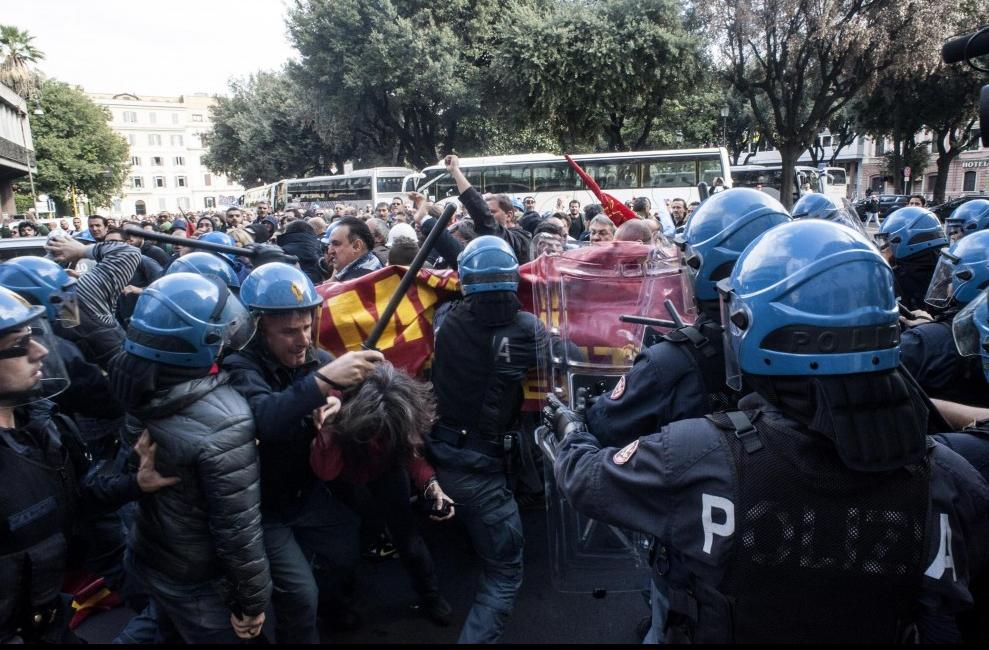 La police italienne matraque les ouvriers à Rome