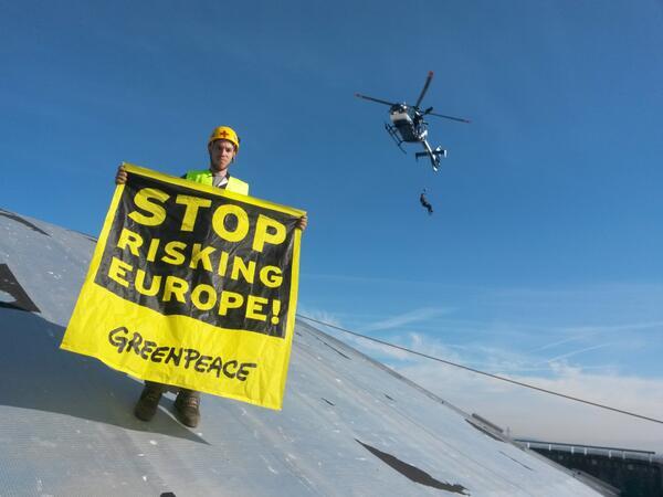 Des militants de Greenpeace occupent la centrale de Fessenheim