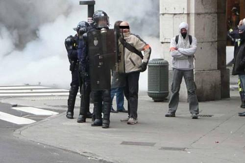 """Des """"casseurs"""" à brassard orange """"Police""""…"""