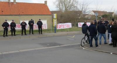 Calais_fachos_devant_le_squat_Rue_Emile_Dumont_Coulogne-1