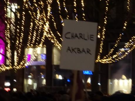 Émotion et humour au rassemblement pour Charlie à Strasbourg