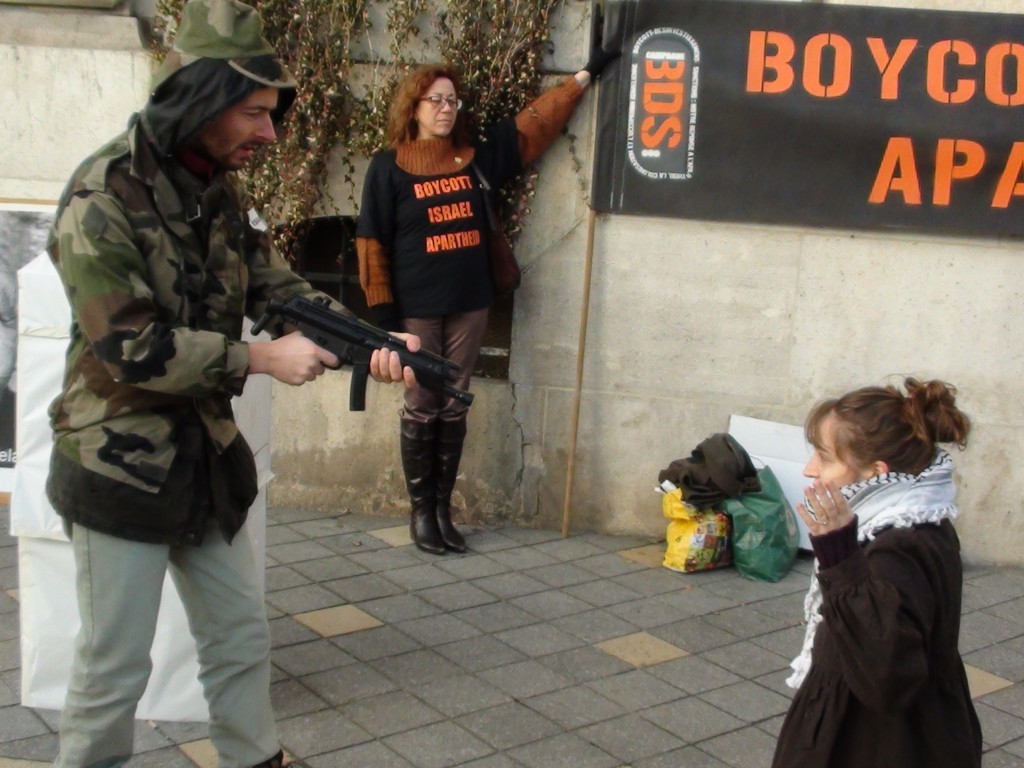Un groupe de militants de BDS 37 a mis en place un check point au centre-ville de Tours.