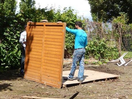 Des familles de Roms reconstruisent leurs maisons détruites par le préfet du Bas-Rhin
