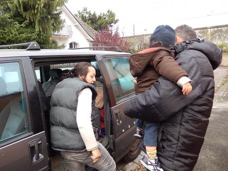 Encore une famille à la rue dans une voiture