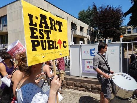 Le choeur des intermittents de Strasbourg, du Maillon à FR3 Alsace bunkérisé et à la gare en solidarité avec les cheminots en grève