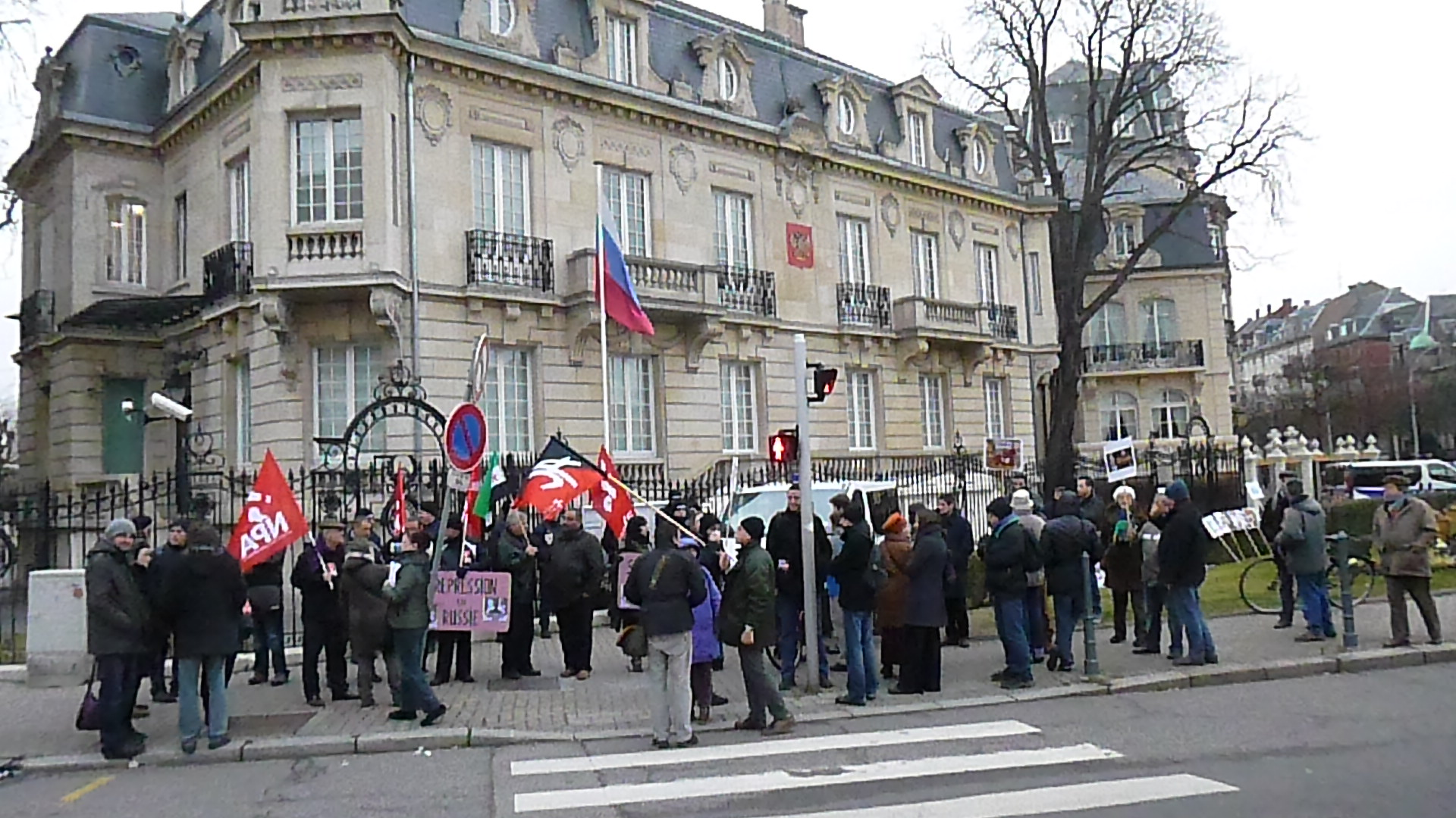 manif consulat russe strasbourg feuille2chouphoto