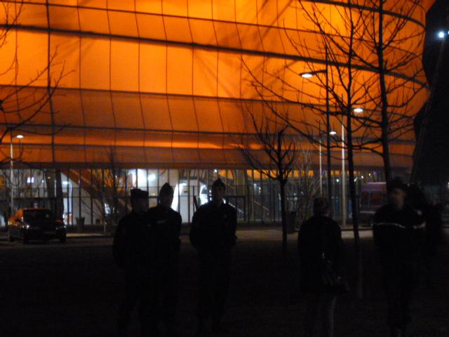 Devant le Zénith de Strasbourg-Eckbolsheim, discussion avec un spectateur de Dieudonné