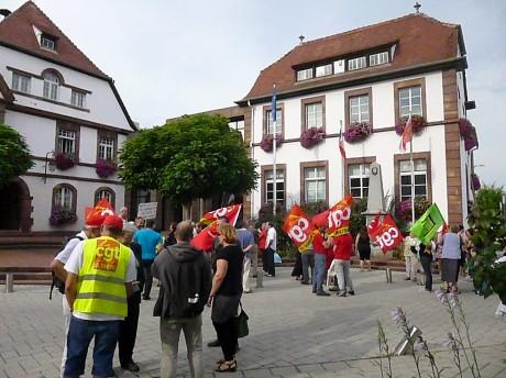 Nouvelle manifestation CGT contre Yves Bur devant la mairie de Lingolsheim
