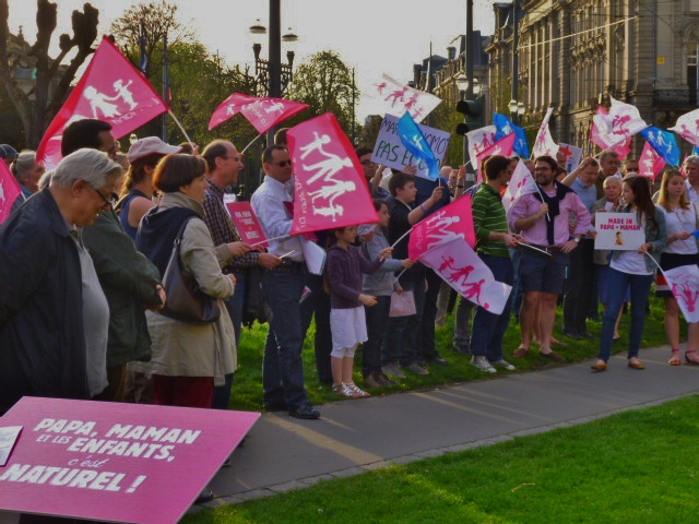 Layette rose et bleu contre mariage pour tous-tes devant la préfecture du Bas-Rhin