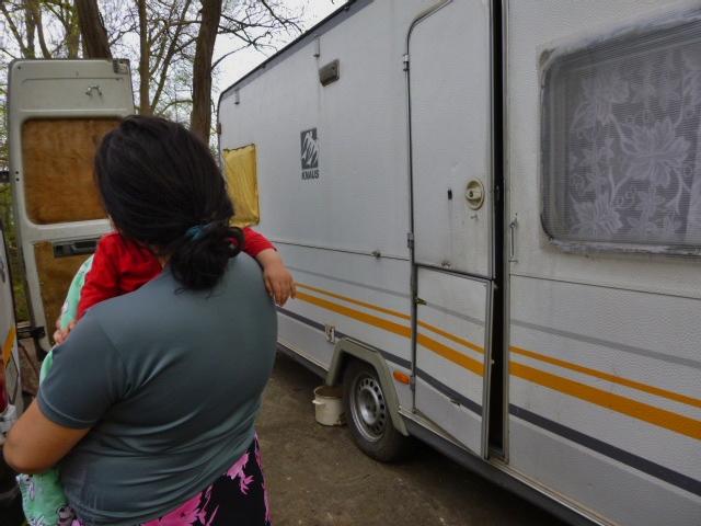 femme rom encenite avec bébé feuille2chouphoto