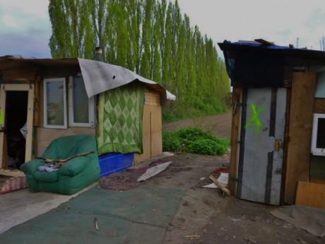 baraques roms marquées de jaune et détruites feuille2chouphoto