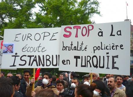 Turquie: Mettre un terme aux abus commis par la police et exiger des informations transparentes et précises sur les manifestants blessés
