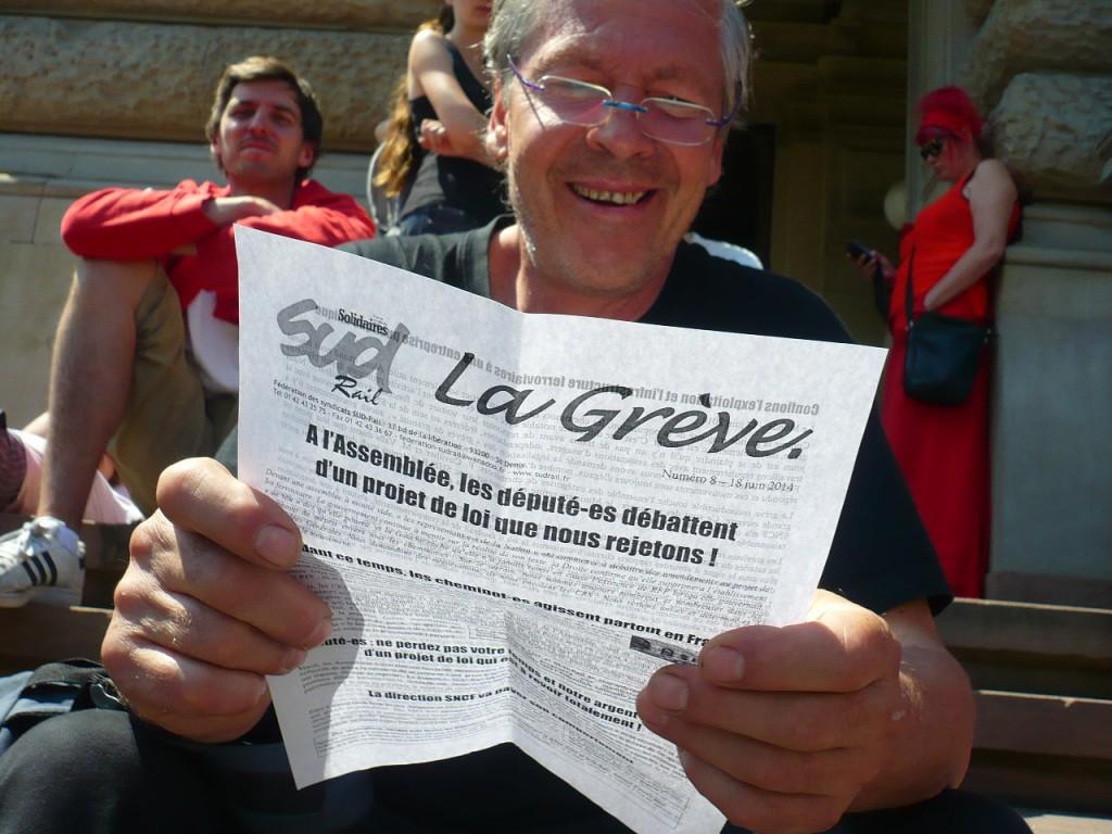 Intermittents en lutte à Strasbourg le 18 juin 2014 devant la DRAC, avec un cheminot en grève