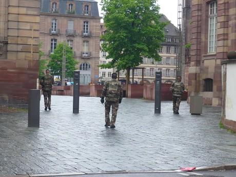 Des militaires sillonnent aussi les rues touristiques de Strasbourg