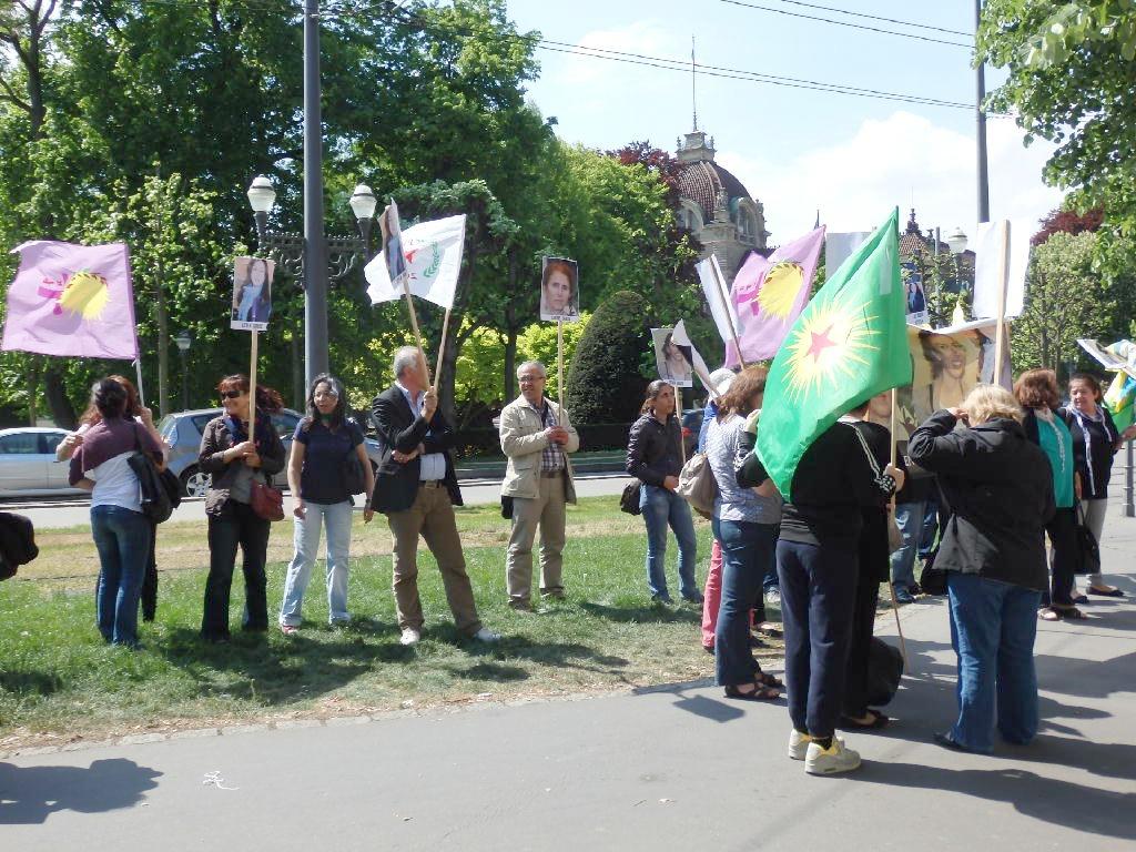 Des Kurdes devant la préfecture du Bas-Rhin