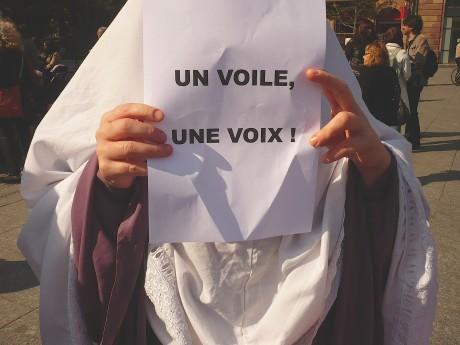 Islamophobie, basta! Abrogation de  la loi du 11 octobre 2011!