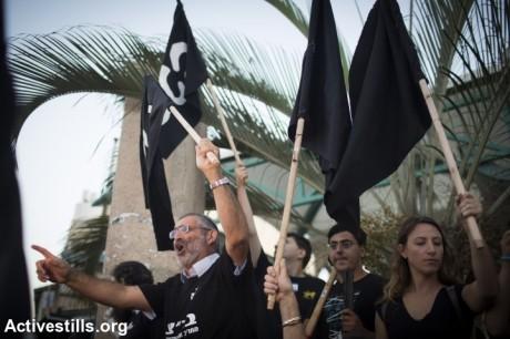 L'extrême-droite israélienne anti-immigrés manifeste contre la Cour suprême qui a ordonné la fermeture du camp de rétention de Holot