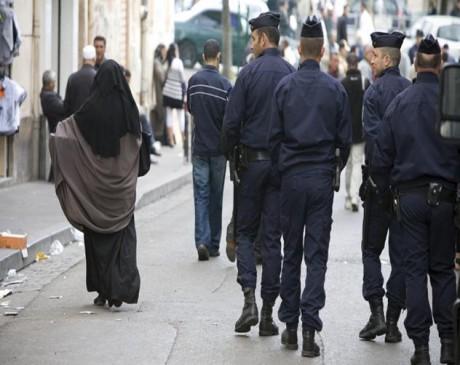 Arsenal policier contre jeune femme voilée ce mardi : témoignages de la jeune femme et d'un passant