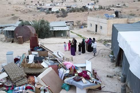 La résistance pacifique empêche la destruction d'un village bédouin.