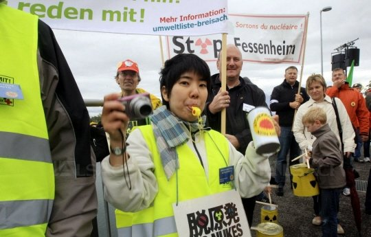 Les antinucléaires sur les ponts du Rhin le 9 mars