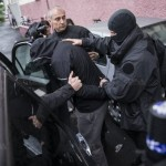les-hommes-du-raid-extrayant-l-un-des-suspects-d-un-immeuble-de-la-meinau-vers-9-h-30-photo-dna-j-f-badias