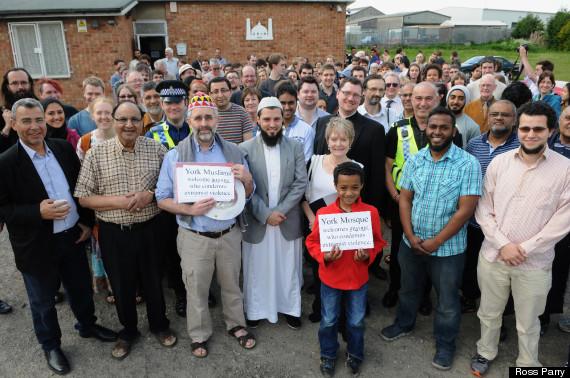 Angleterre: Une manif anti-islam de l'EDL accueillie avec du thé et des biscuits par les musulmans