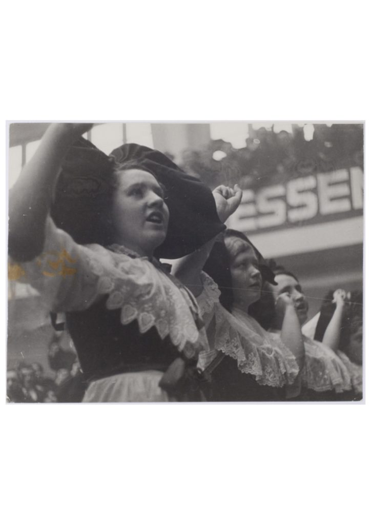 Alsaciennes en coiffe poing levé 1936