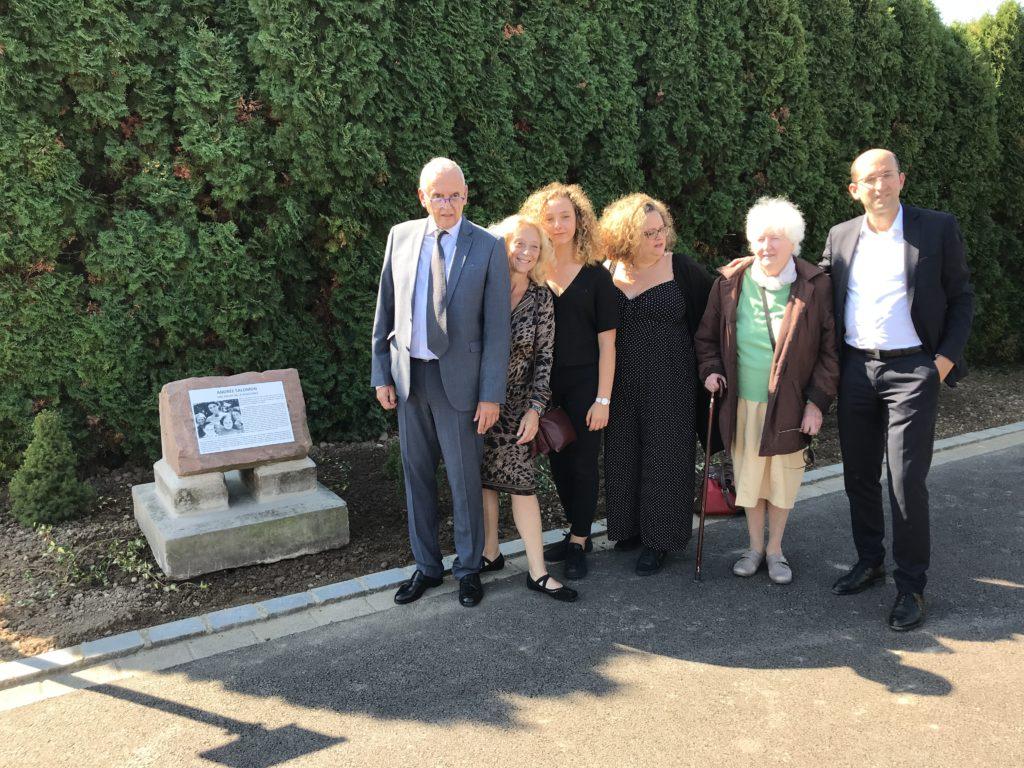 Pose d'une plaque pour le sauvetage d'enfants juifs par Mme Salomon à Grussenheim 68