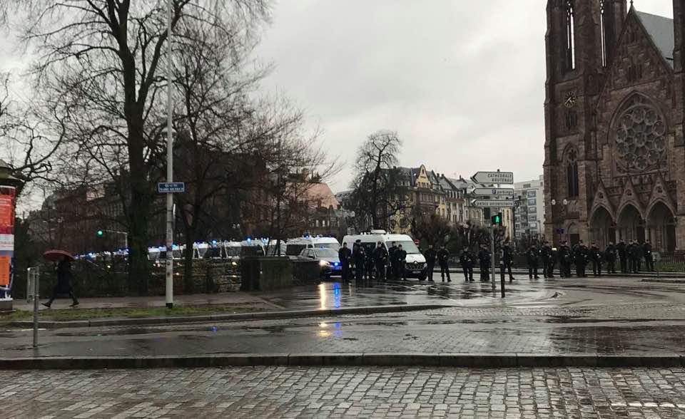 Un millier d'universitaires sous la pluie à Strasbourg