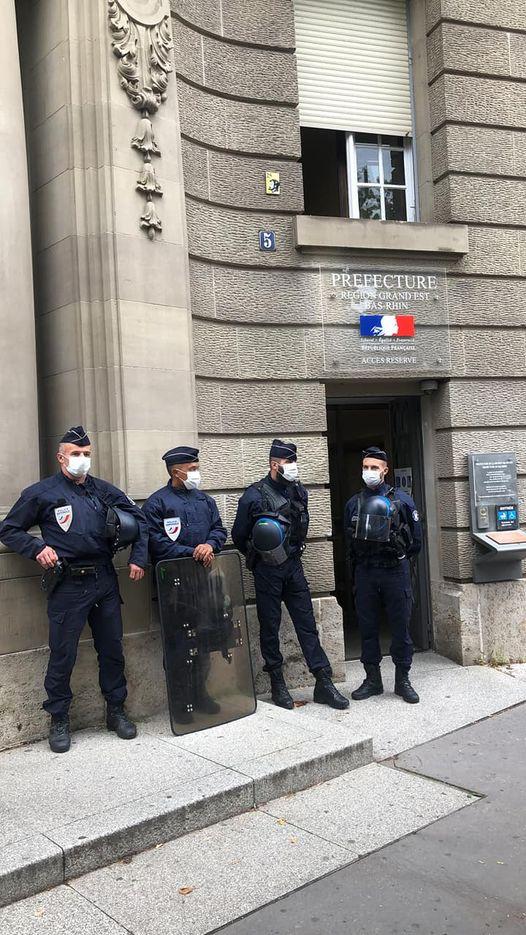 Des pompiers d'Alsace déposent leur casque devant la préfecture soutenus par des soignantes
